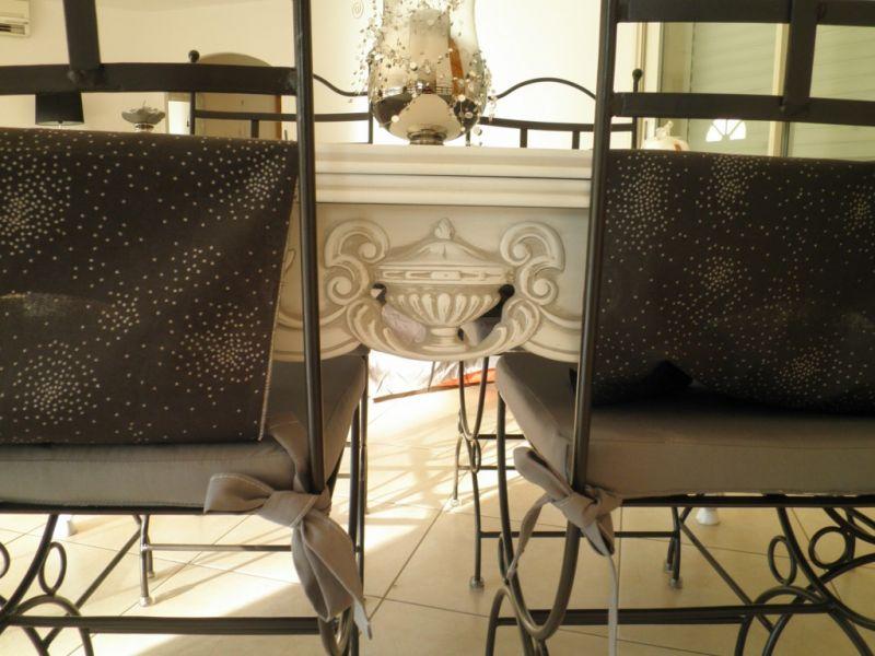 Table Style Provencal En Noyer Relookee Blanc Patine Gris A Fos Sur